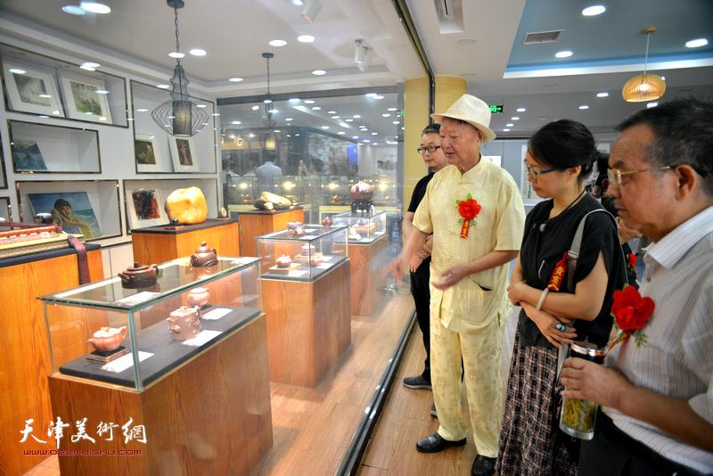 江苏省工艺美术大师倪顺生向来宾介绍展品。