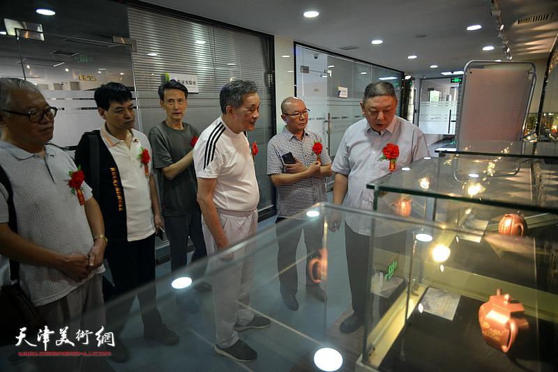 天津市工艺美术大师杨皓然向来宾介绍展品。