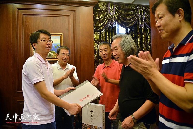 霍春阳教授向徐群赠送学习书籍及文房用具。