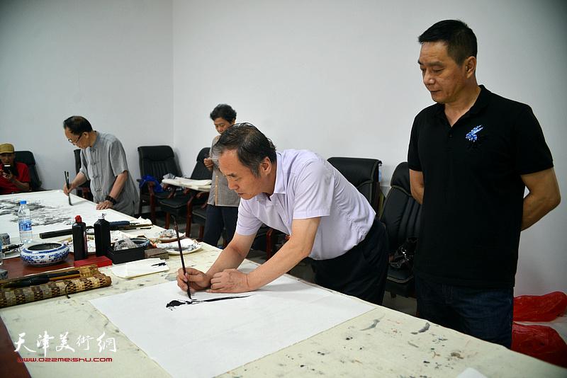 邢立宏、林广杰在文化交流活动现场。