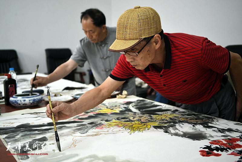 许鸿茹在文化交流活动现场。