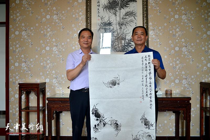 邢立宏、王树江在文化交流活动现场。