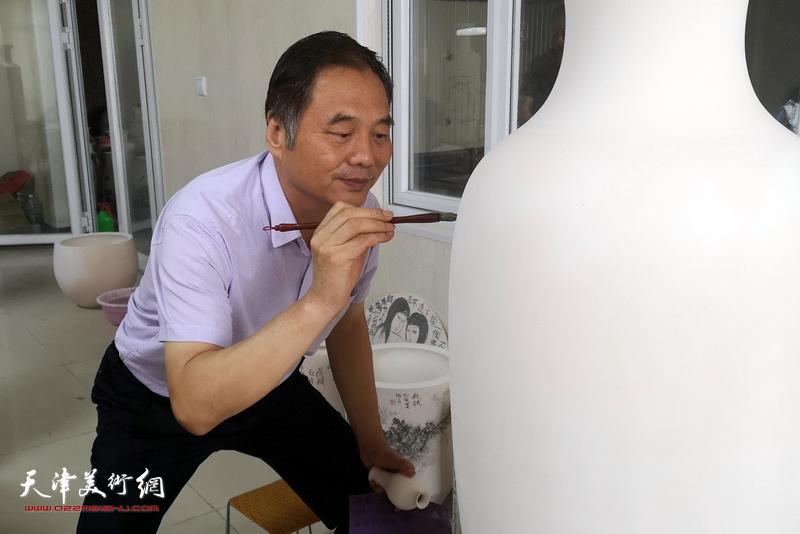 邢立宏在北方陶艺中心创作青花瓷作品。