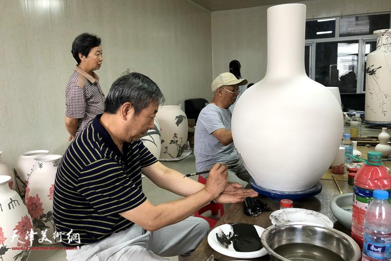 时景林在北方陶艺中心创作青花瓷作品。
