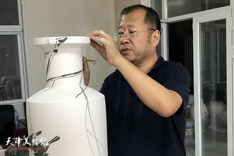 褚宝君在北方陶艺中心创作青花瓷作品。