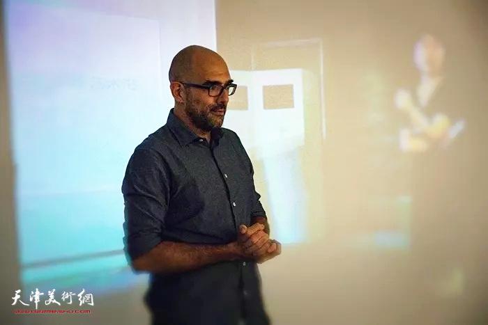 意大利著名艺术评论家、意大利米兰艺术中心独立画廊总裁 Manuel致辞。