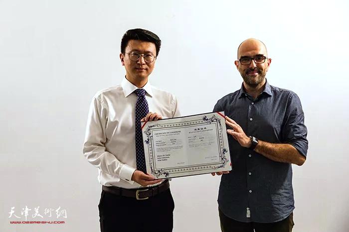 意大利著名艺术评论家、意大利米兰艺术中心独立画廊总裁Manuel代表米兰艺术中心为张超先生颁发收藏证书