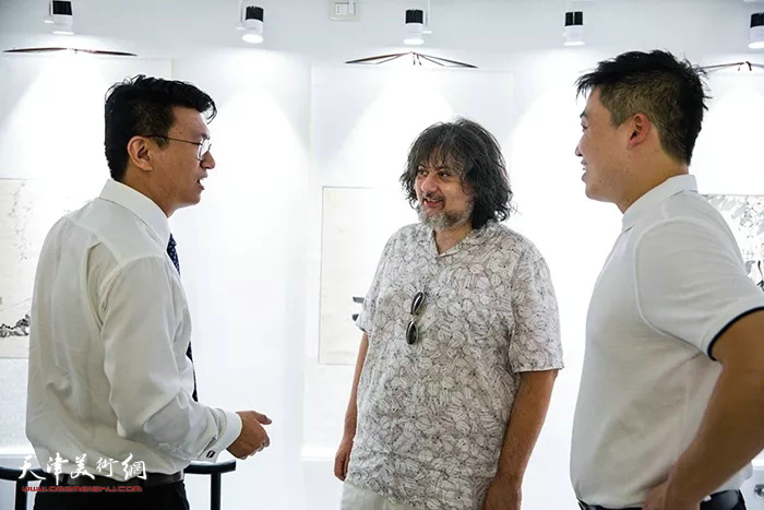 张超在米兰国际艺术中心画展现场。