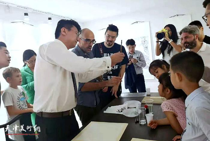 张超先生现场演示如何使用中国毛笔。