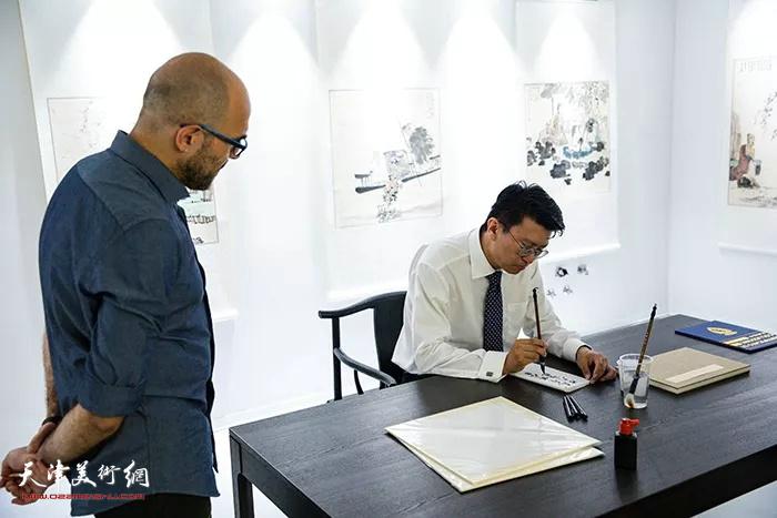 张超先生为意大利粉丝在画册上签名留念。