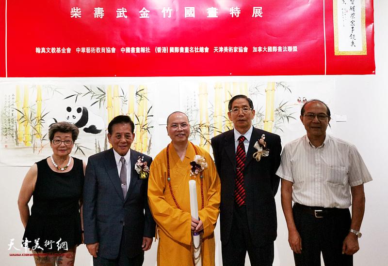 左起:林睿智、柴寿武、达义、陈汉忠、郭玉贤在画展现场。