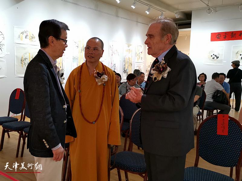 右起:大多伦多市资深议员凯利先生、湛山寺住持达义大和尚和中华艺术中心张明达主席在画展现场。