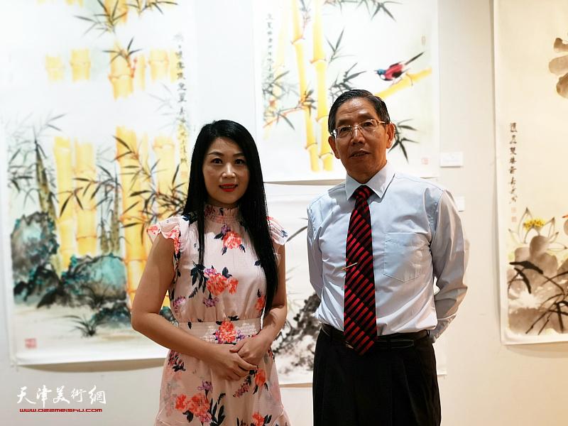 柴寿武先生与多伦多电台著名播音员兼主持、天津人李兰小姐在画展现场。