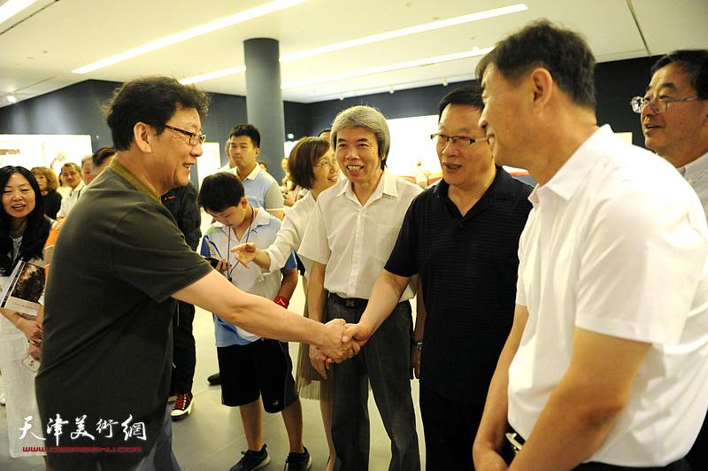 张平、孙敬忠、晏平等在画展现场。