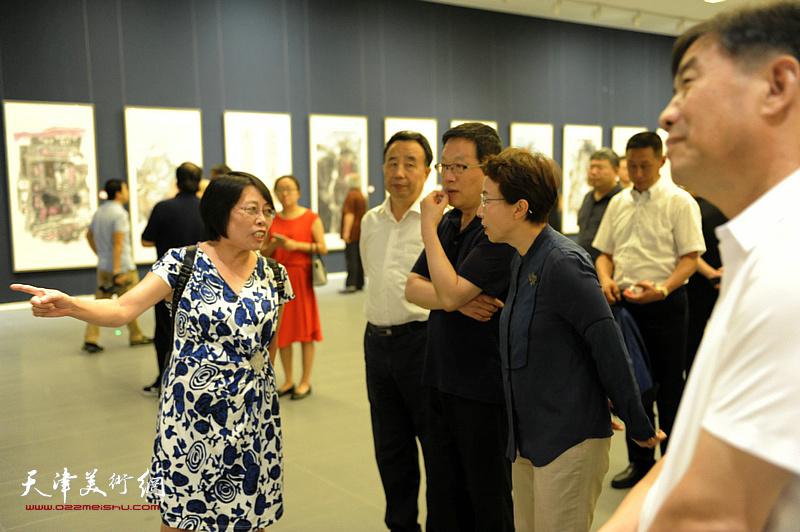 各地参展画家向张平、程红、高玉葆等介绍展出的作品。