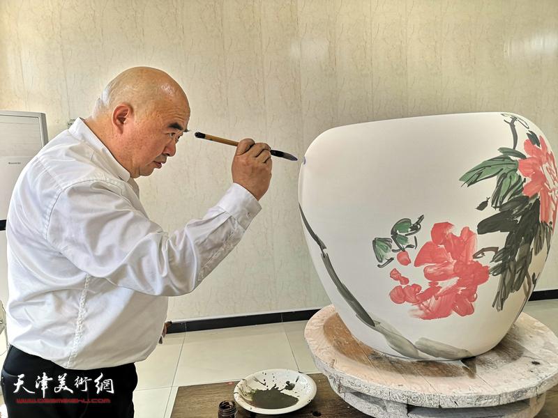 著名书画家尹沧海在北方陶艺中心创作青花瓷。