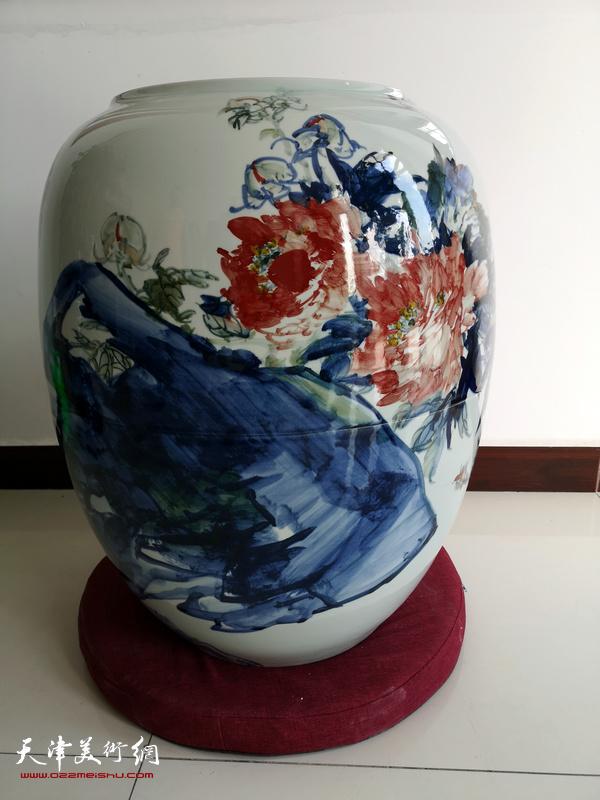 烧制完成的尹沧海青花瓷作品。