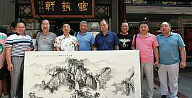 津门书画名家郭福深、单连辰在鹤艺轩创作大幅画作《青山妩媚》、《鹤翔降福》
