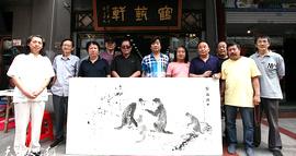 津门画坛名家李学亮、孙富泉在鹤艺轩创作大幅画作《雪域乡情》、《乐在其中》