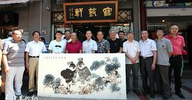 天津书画名家刘士忠、陈之海在鹤艺轩创作大幅画作《千岩竞秀》、《志博云天》图