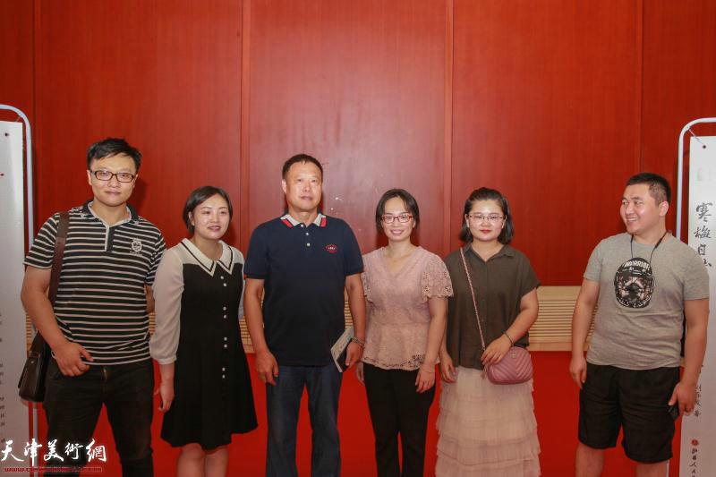 刘存发先生与读者在首发式现场。
