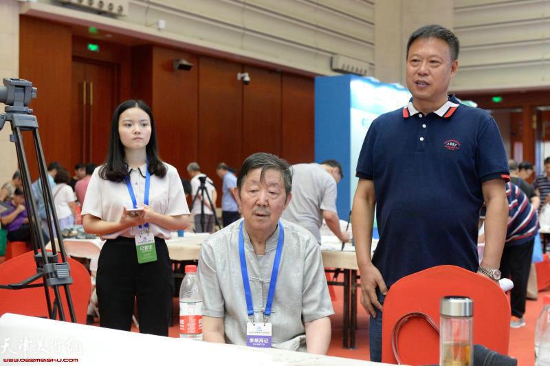 刘存发先生与李泽润先生在首发式现场。