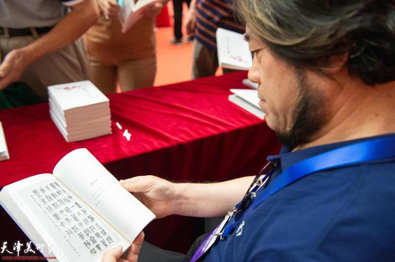 朱彦民先生阅读刘存发先生词集《寒梅自吐一枝花》。