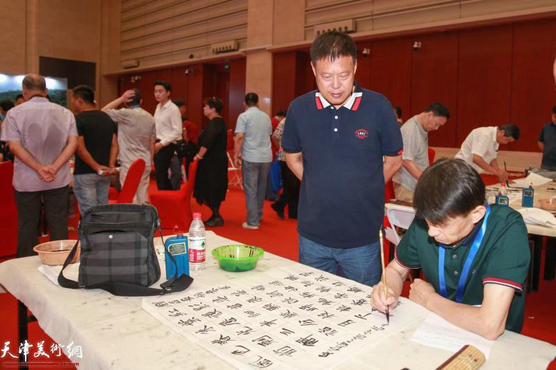 彭英科现场挥毫祝贺刘存发先生词集《寒梅自吐一枝花》首发。