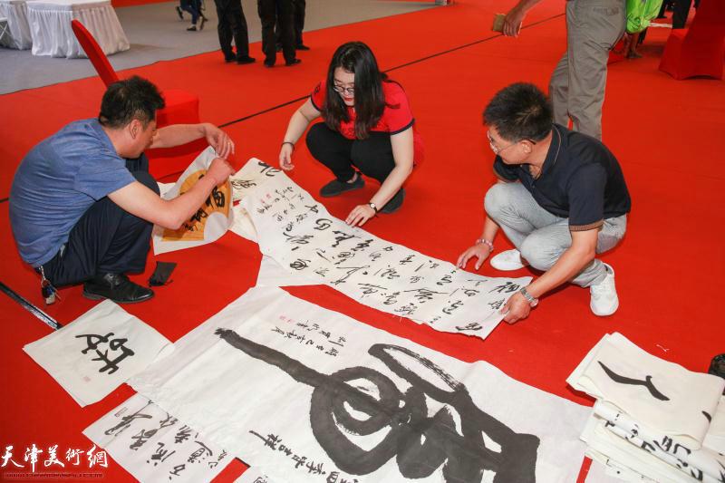 书法家现场挥毫祝贺刘存发先生词集《寒梅自吐一枝花》首发。