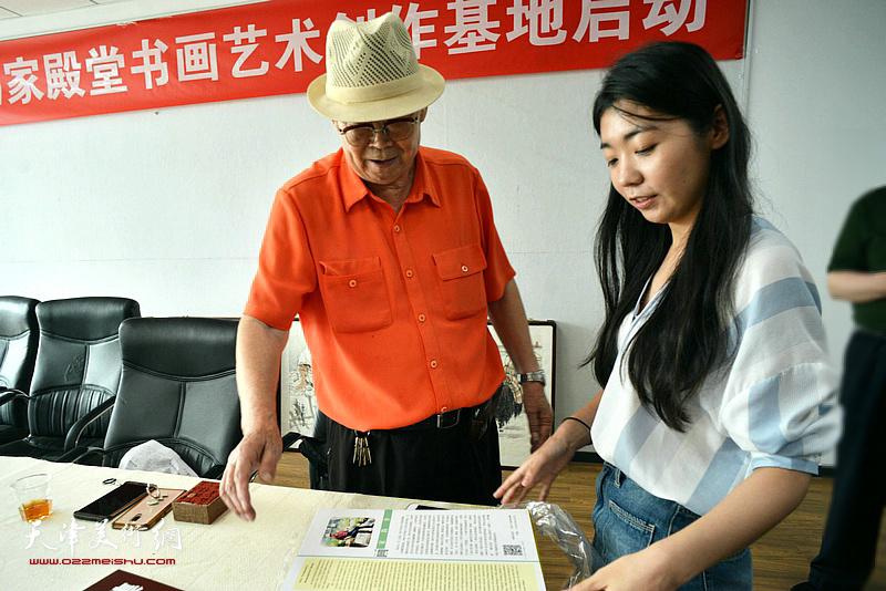 """""""师情画意""""栏目记者孙辰现场采访郭永元先生。"""