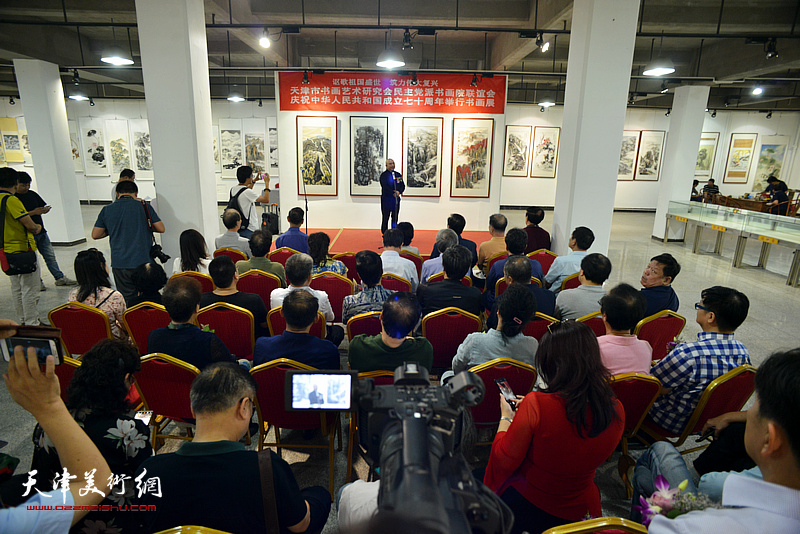 天津市书画艺术研究会民主党派书画院联谊会庆祝中华人民共和国成立七十周年书画展在和平区6号院艺术展厅开幕。