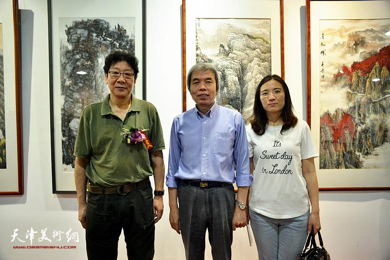 左起:晏平、孙敬忠、孙辉在展览现场。