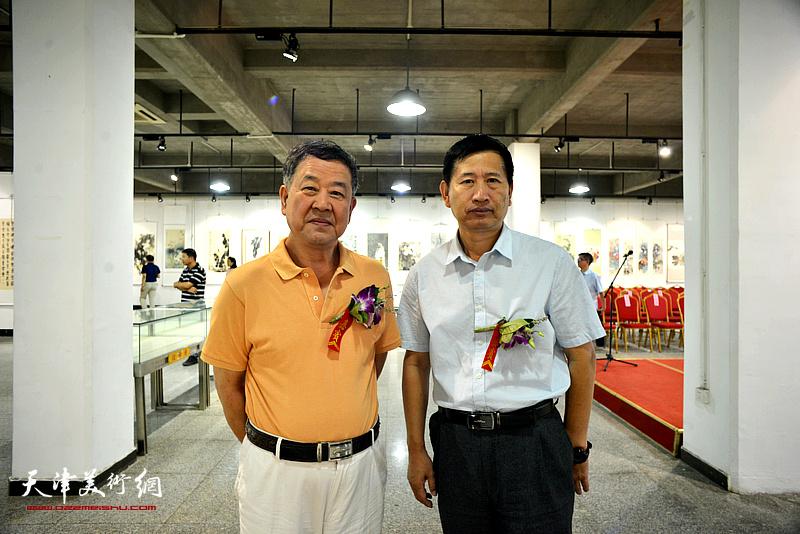 王学书、李桂金在展览现场。