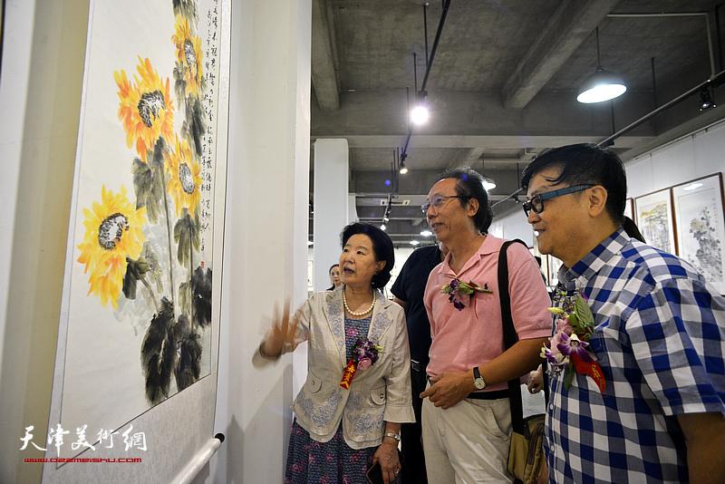 曹秀荣、李文祥、霍洪天在展览现场观看作品。