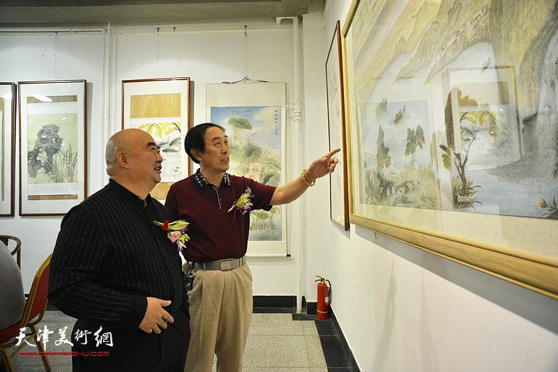尹沧海、李岳林在展览现场观看作品。