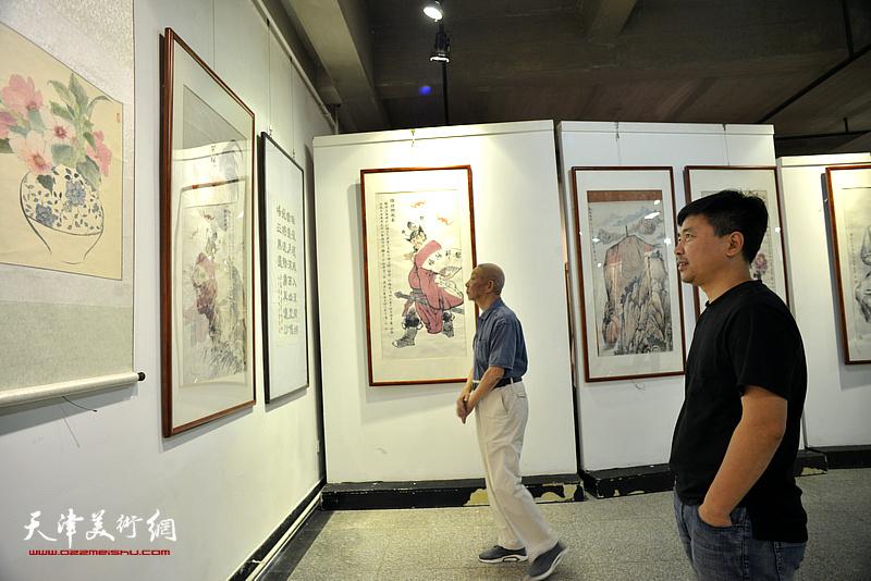 陈志峰在展览现场观看作品。