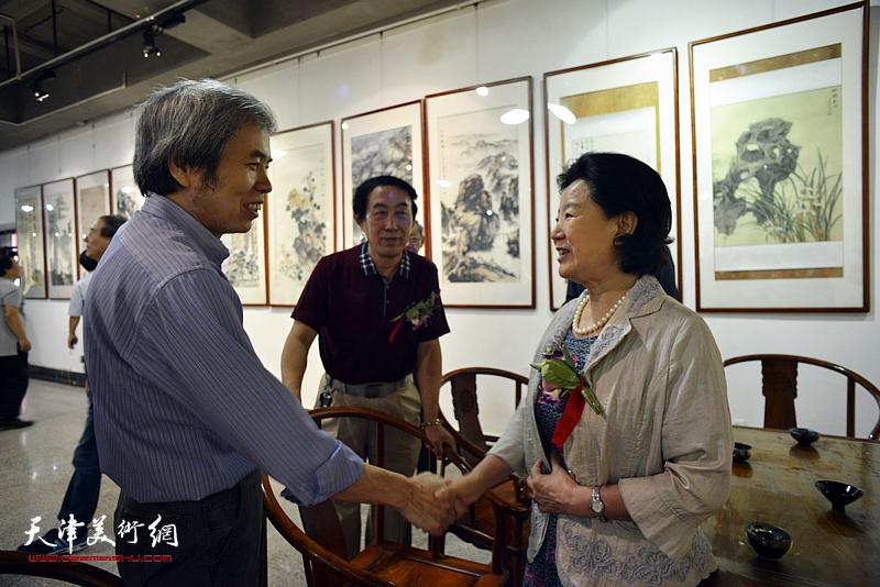 曹秀荣与孙敬忠在展览现场交流。