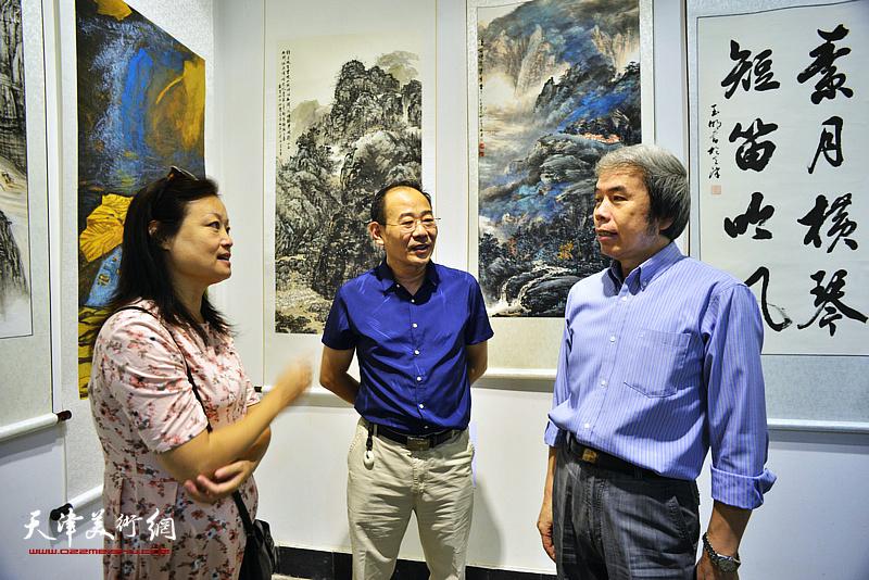 孙敬忠、卞昭宏、王昕在展览现场交流。