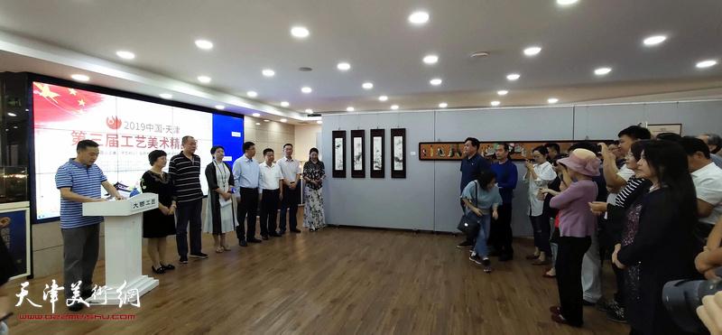 """2019""""百花杯""""第三届新白姐工艺美术精品展在新白姐颐和大厦开幕。"""