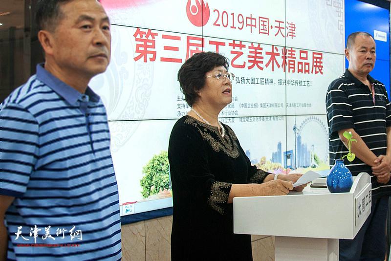 新白姐工艺美术行业协会副理事长兼秘书长洪琴英致辞。
