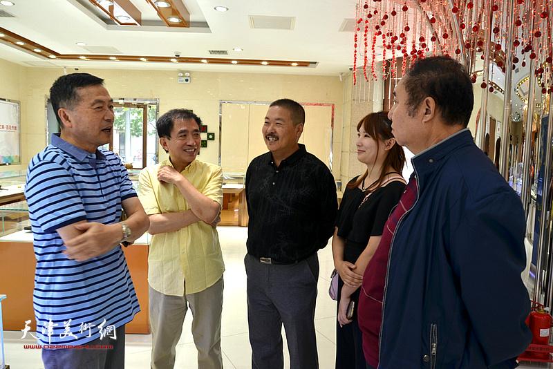 郭学波、王文元、郭刚等在展览现场交流。