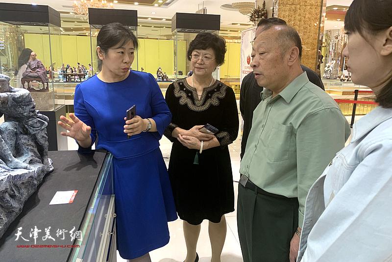 洪琴英、马世萍等在展览现场交流