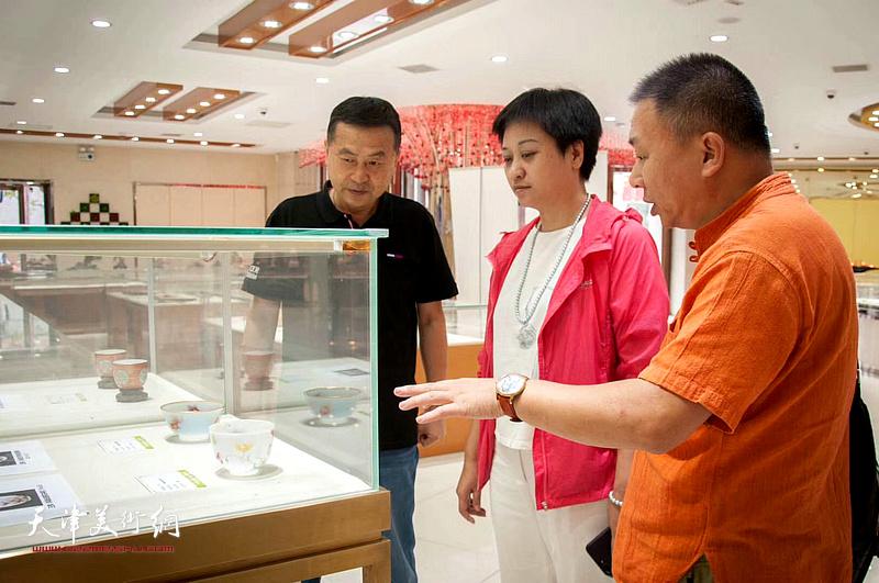 《中国企业报-新白姐报道》主编、女画家彭飞在观赏展品。