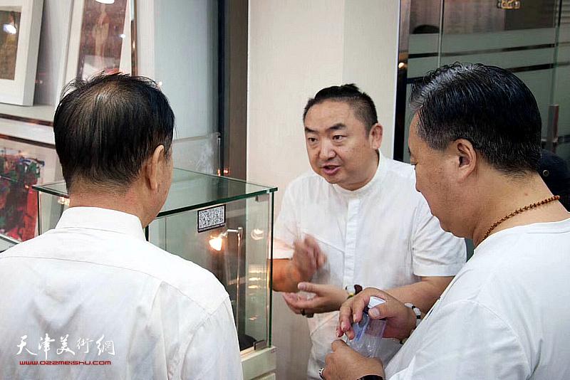 域龙珺·玉文化创意总监苗栋向嘉宾介绍展品。