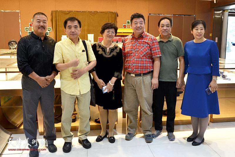洪琴英、马世萍、郭刚、王文元、李琪、王鹏在展览现场。