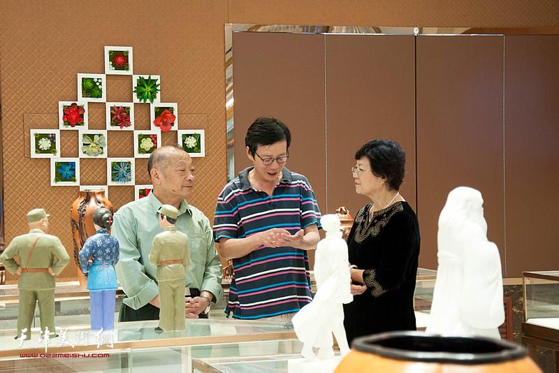 洪琴英等在展览现场交流。