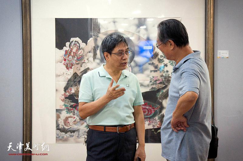 陈起平在展览现场与嘉宾交流。