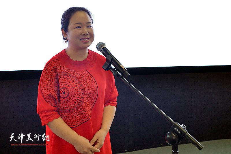 蒋子龙文学馆馆长孙娟女士介绍文学馆情况。