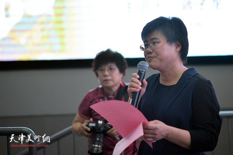 滨海新区文化和旅游局副局长贺淑荣主持蒋子龙首场公益文学讲座。