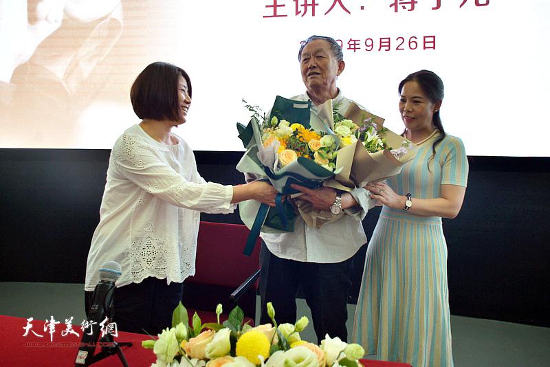 文学青年向蒋子龙先生献花。